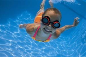 niña-nadando